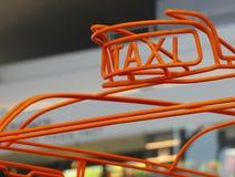 Taxitecknet gjorde det orange trådbegreppet stads- trans. Arkivbilder