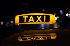 Taxiteken bij nacht, taxiauto's Stock Fotografie