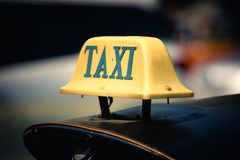 Taxiteken bovenop tuktuk in Bangkok, Thailand stock foto