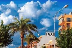Taxizeichen-Straßenansicht stockfotografie