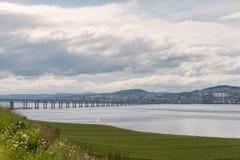 Tay Bridge Accross Green Fields Dundee Schotland royalty-vrije stock foto