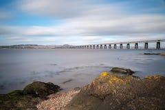 Tay Railway Bridge bonito em Dundee tomado como uma exposição longa para dar um delicado e um olhar de Etherial fotos de stock royalty free