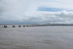 Tay Road Bridge Spanning Between Dundee en Nieuwpoort op Tay in Schotland stock afbeelding