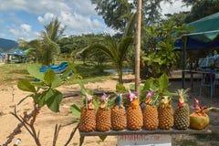Tayland Turistas del prodayutsya de Ananasy en el café en la orilla Fotos de archivo libres de regalías