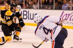 Taylor Hall setzt einen Schuss auf die Bruins Stockfotografie