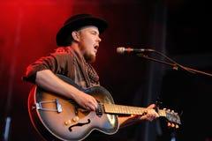 Taylor Kirk, vocalista e guitarrista do timbre da madeira imagens de stock royalty free