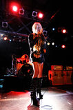 Taylor Momsen, frontwoman de la banda bastante imprudente y actriz de la show televisivo de la muchacha del chisme, se realiza en Foto de archivo libre de regalías