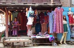 Taylor naait kleren met een naaimachine Royalty-vrije Stock Foto
