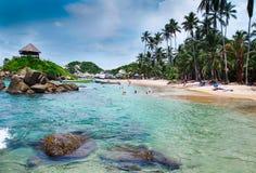 TAYRONA,哥伦比亚2017年10月20日:游泳在水中的未认出的人民在Cabo圣胡安, Tayrona自然国民 免版税库存图片