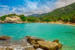 TAYRONA, COLOMBIA 20 OKTOBER, 2017: Mooie openluchtmening van wit zand, blauw water en schitterende hemel in Cabo San Juan Stock Afbeeldingen