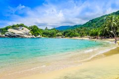 TAYRONA, COLOMBIA 20 OKTOBER, 2017: Mooie openluchtmening van wit zand, blauw water en schitterende hemel in Cabo San Juan Royalty-vrije Stock Afbeeldingen