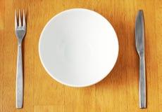 Tazón de fuente blanco limpio, vacío. Fotografía de archivo