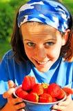 Tazón de fuente bonito de la explotación agrícola de la muchacha de fresas Foto de archivo