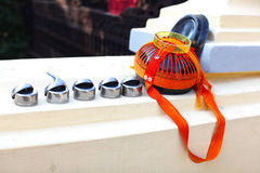 Tazón de fuente budista de las limosnas con las tazas del arroz Foto de archivo libre de regalías