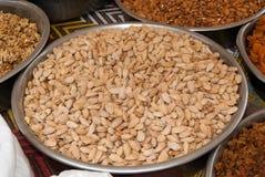 Tazón de fuente con el pistacho en un mercado de la especia Fotografía de archivo libre de regalías