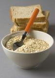 Tazón de fuente con la avena y el pan Fotos de archivo