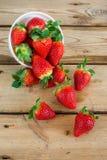 Tazón de fuente con las fresas frescas Fotos de archivo libres de regalías