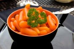 Tazón de fuente con las zanahorias frescas Fotos de archivo
