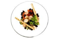 Tazón de fuente con los camarones ensalada y Breadsticks Foto de archivo