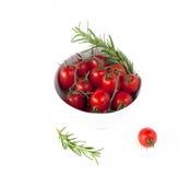 Tazón de fuente con los tomates y Rosa María Imagen de archivo libre de regalías