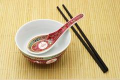 Tazón de fuente, cuchara y palillos tradicionales chinos Fotografía de archivo libre de regalías