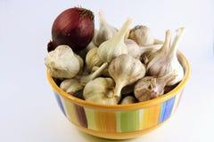Tazón de fuente de ajo y de cebollas Imagen de archivo libre de regalías