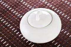 Tazón de fuente de azúcar blanco en Placemat Imagen de archivo libre de regalías