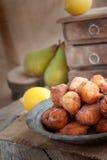 Tazón de fuente de buñuelos fritos Foto de archivo libre de regalías