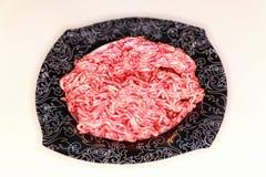 Tazón de fuente de carne de tierra sin procesar Fotos de archivo libres de regalías