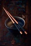 Tazón de fuente de cerámica y palillos de madera Fotos de archivo libres de regalías