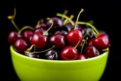 Tazón de fuente de cerezas de bing frescas imagenes de archivo