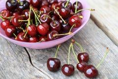 Tazón de fuente de cerezas frescas imagen de archivo libre de regalías