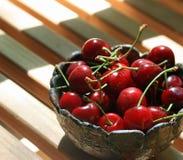 Tazón de fuente de cerezas rojas frescas fotografía de archivo libre de regalías
