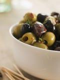 Tazón de fuente de chiles y de aceitunas adobadas ajo Fotografía de archivo