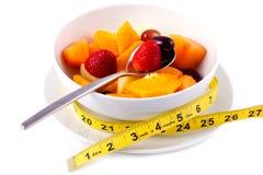 Tazón de fuente de ensalada de fruta fresca con cinta métrica Fotos de archivo