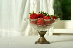 Tazón de fuente de fresas Imágenes de archivo libres de regalías