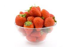 Tazón de fuente de fresas, transparente en el fondo blanco. imagen de archivo libre de regalías