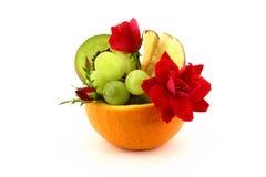 Tazón de fuente de fruta con las rosas imágenes de archivo libres de regalías
