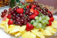 Tazón de fuente de fruta de la cesta de fruta Imagen de archivo