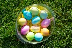 Tazón de fuente de los huevos de Pascua Fotos de archivo libres de regalías
