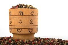 Tazón de fuente de madera por completo de pimientas mezcladas Imagen de archivo libre de regalías