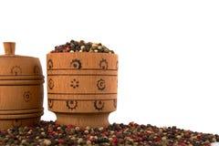 Tazón de fuente de madera por completo de pimientas mezcladas Imagenes de archivo
