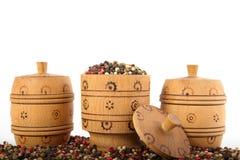 Tazón de fuente de madera por completo de pimientas mezcladas Imagen de archivo