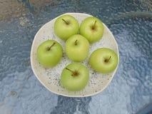 Tazón de fuente de manzanas verdes Fotografía de archivo libre de regalías