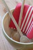 Tazón de fuente de mezcla con las cucharas y la toalla Foto de archivo libre de regalías