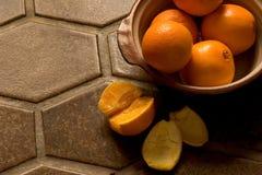 Tazón de fuente de naranjas en suelo de azulejo español foto de archivo