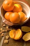 Tazón de fuente de naranjas en suelo de azulejo español Fotos de archivo