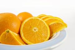 Tazón de fuente de naranjas jugosas frescas Foto de archivo libre de regalías