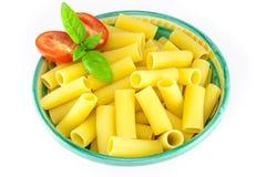 Tazón de fuente de pastas del rigatoni con los tomates y la albahaca Imagen de archivo libre de regalías