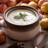 Tazón de fuente de sopa de patata cremosa caliente Imagenes de archivo